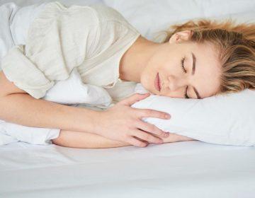 Dormir muy poco o en exceso puede elevar el riesgo de demencia, según estudio