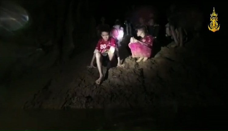 """""""¡Mucha fuerza!"""": dice uno de los 33 mineros chilenos a niños atrapados en Tailandia"""