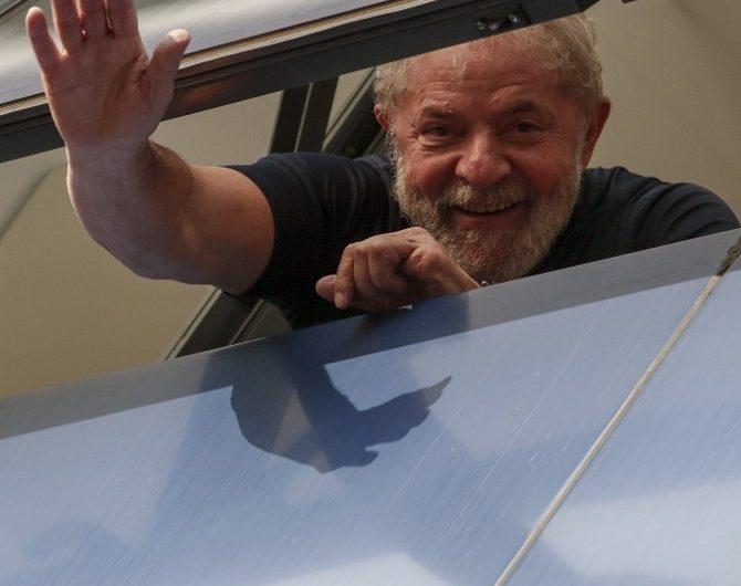 Juez cancela la liberación del expresidente Lula, preso desde abril