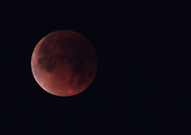 Cómo, cuándo y dónde ver este viernes el eclipse lunar más largo del siglo XXI