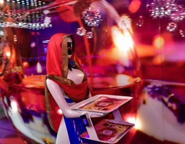 Restaurante en Dubái tiene de mesera una robot japonesa
