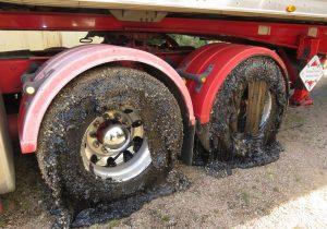 Carretera se derrite por el calor y destruye neumáticos de 50 vehículos