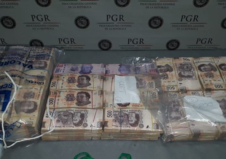 Detienen a dos con más de tres millones pesos en aeropuerto de Monterrey