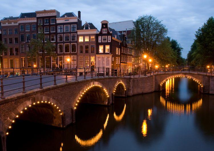 Ámsterdam drenó un canal y esto fue lo que hallaron en el fondo (incluida una moneda mexicana)