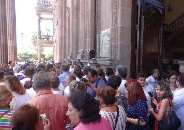 """Piden maestros jubilados 50 días más de salario y exigen juicio político a """"El Bronco"""""""