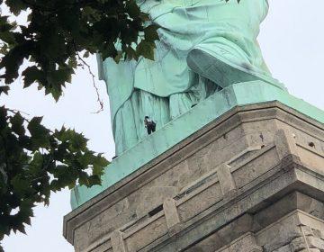 Mujer escala la Estatua de la Libertad tras protesta contra políticas migratorias