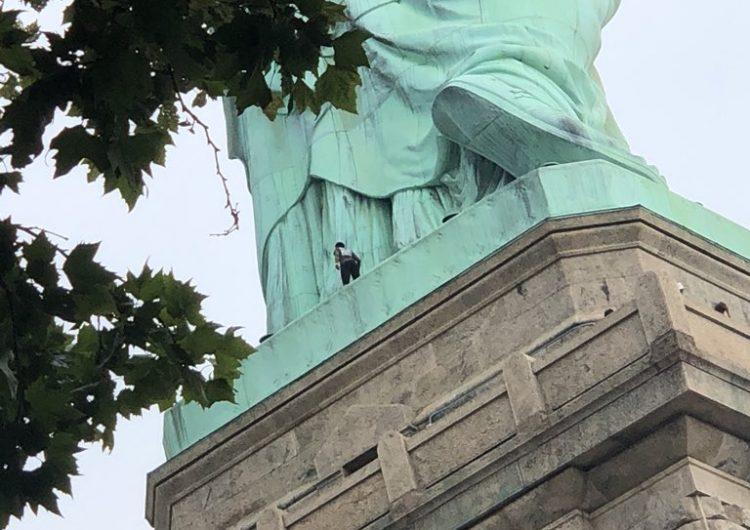 mujer-estatua-libertad-protesta