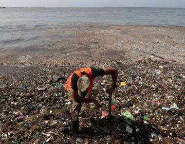 """Más de 30 toneladas de plástico son """"devueltos"""" por el mar a playas de República Dominicana"""