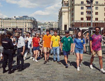Con playeras de colores, activistas burlan prohibición a la bandera LGBT en Rusia