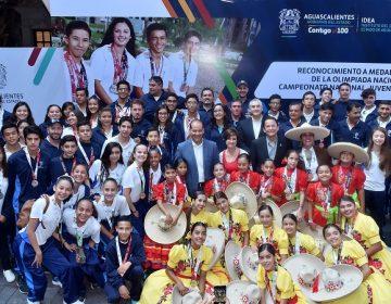 Entrega gobierno becas deportiva a ganadores de la Olimpiada Nacional