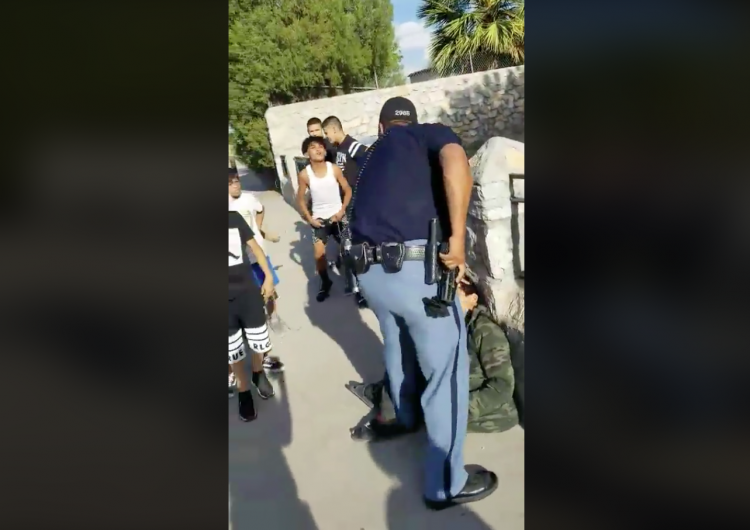 Policía de Texas amenaza a un niño con su pistola y maltrata a menores