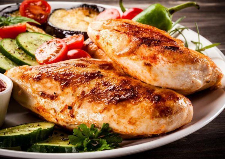 ¿Qué es la gastroenteritis? Una mujer muere tras comer un poco de pollo crudo en vacaciones
