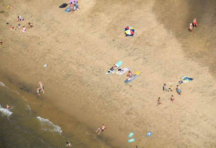 Un hombre cavó tanto en la arena de una playa de Francia que terminó ahogado