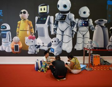 """Profesores, doctores, jugadores y peleadores… China presenta un """"escuadrón"""" de robots"""