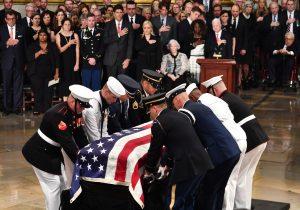McCain regresa al Capitolio y es despedido en Washington