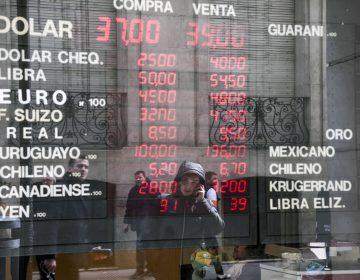 Los argentinos tienen un respiro y su moneda se estabiliza luego de caída libre en el mercado