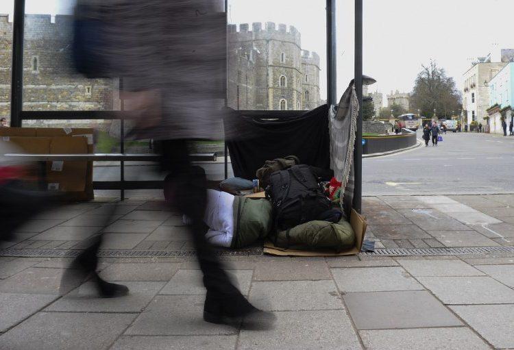 Códigos de barras para personas en situación de calle ¿por qué Reino Unido prueba esta iniciativa?