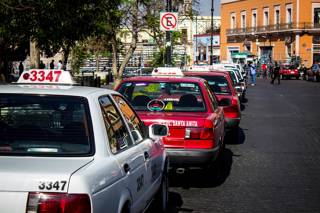 Denuncian taxistas rezago de padrón de transporte tipo Uber