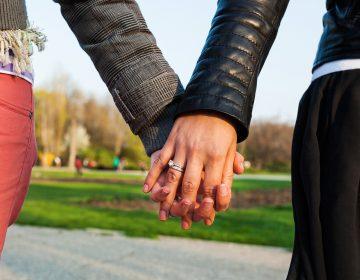 Pareja de lesbianas logran que sus hijos tengan el apellido de ambas en Ecuador
