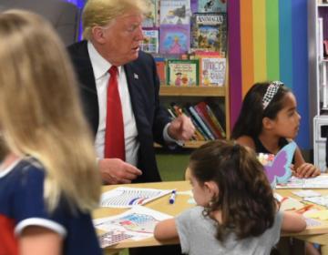 ¿Donald Trump pintó erróneamente la bandera de Estados Unidos?