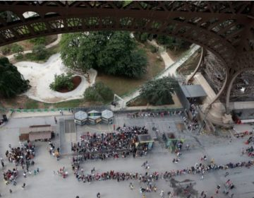 Largas filas de turistas provocaron el enojo de los empleados de la Torre Eiffel; amenazan con una huelga
