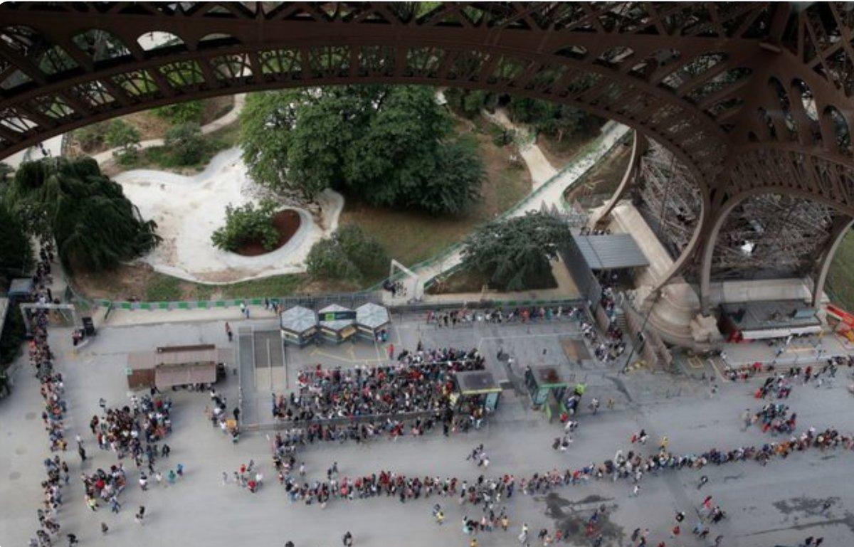 Turistas decepcionados por huelga que mantiene cerrada la Torre Eiffel