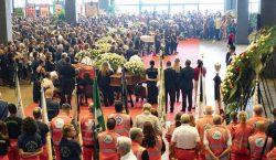 Realizan funeral de Estado a víctimas de puente derrumbado en…