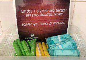 Por el aumento de las fanáticas al futbol, ahora estadios británicos regalan toallas y tampones