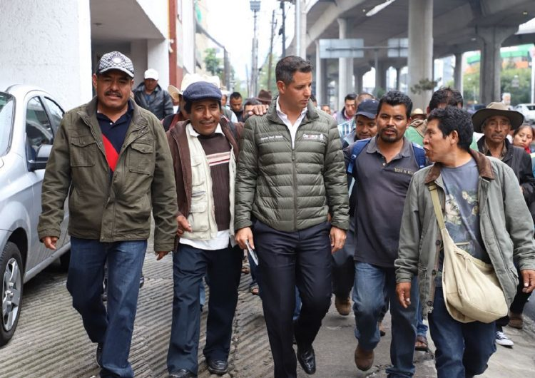 Protesta gobernador de Oaxaca en el IMPI contra ampliación de denominación de origen del mezcal