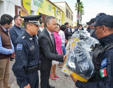 Entrega Noel Mata uniformes a policías de JM