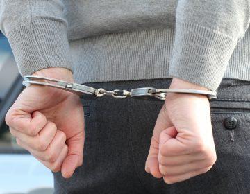 Profesor de secundaria es acusado de prostitución infantil