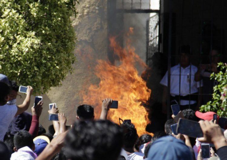 """Pueblo calcinó vivos a 2 """"robachicos"""" en Acatlán"""
