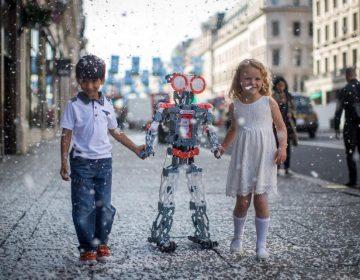 Los humanos se concentran mejor cuando un robot mezquino los observa