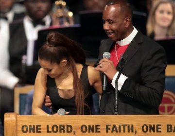 Fans de Ariana Grande señalan que fue víctima de acoso; pastor se disculpa