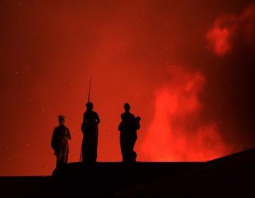 """El fuego devora 200 años de historia en museo de Brasil; bomberos buscan """"salvar algo"""" de las millones de piezas"""