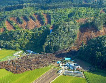 Rescatistas buscan sobrevivientes tras el sismo en Japón que partió montañas