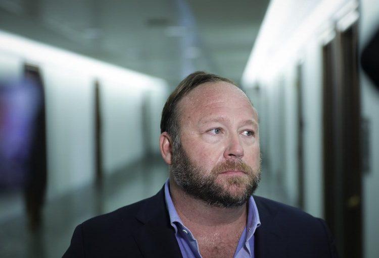 Twitter elimina las cuentas del locutor de extrema derecha Alex Jones