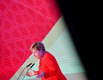 ¿Alemania hace cazas colectivas de migrantes? Merkel lo niega pero otros en su equipo la contradicen