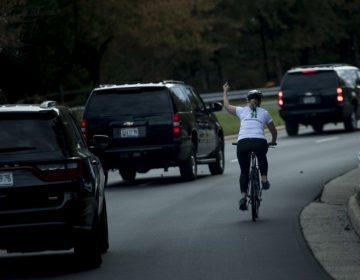 La mujer que hizo un gesto obsceno a Trump busca ser funcionaria de EE. UU.