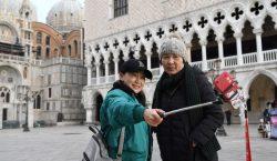 Para preservar Venecia, autoridades buscan prohibir que turistas se sienten…