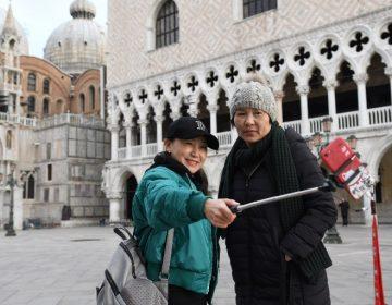 Para preservar Venecia, autoridades buscan prohibir que turistas se sienten o acuesten en las calles