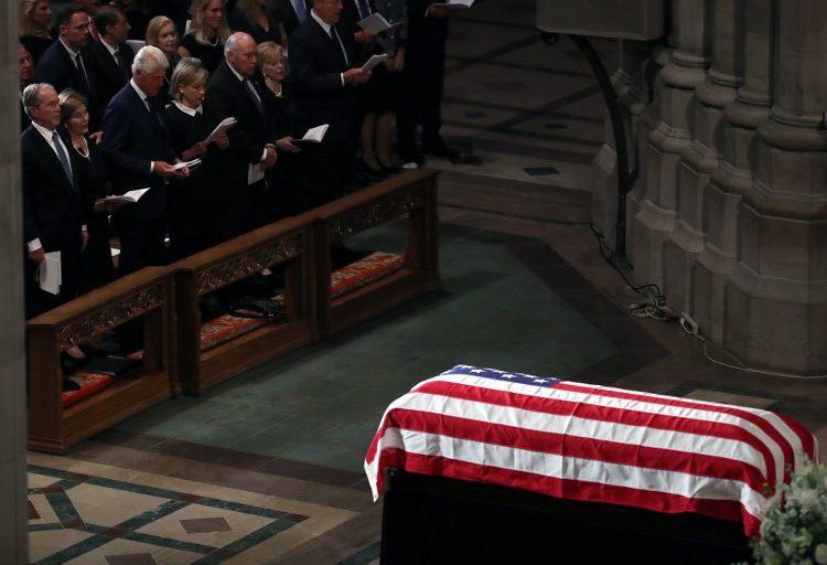 Bush y Obama rinden tributo a McCain en una despedida sin Trump