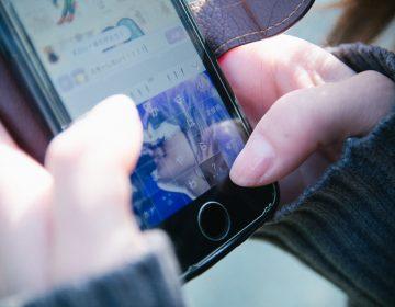 Presentan iniciativa para prohibir el uso de celulares en las escuelas