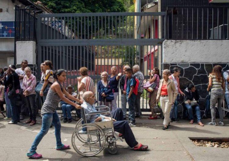 Ancianos bloquean calles en varias ciudades de Venezuela, exigen el pago de su pensión