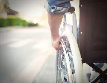 Un hombre con la mitad de su cuerpo paralizado vuelve a caminar gracias al implante de un electrodo