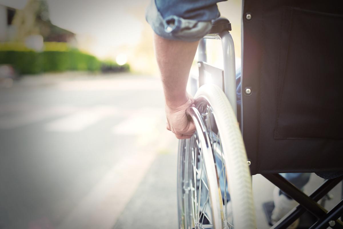 un hombre con la mitad de su cuerpo paralizado vuelve a caminar