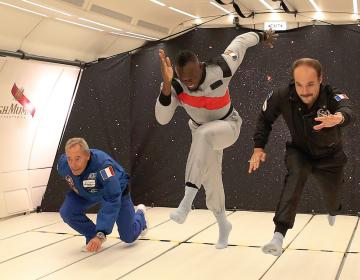 """El hombre más veloz del mundo """"corre"""" en un avión sin gravedad"""
