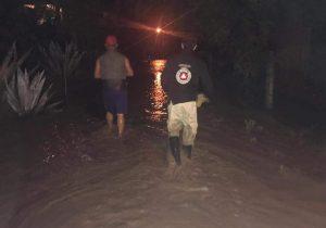 Lluvias dejan 50 vehículos varados y personas en albergues