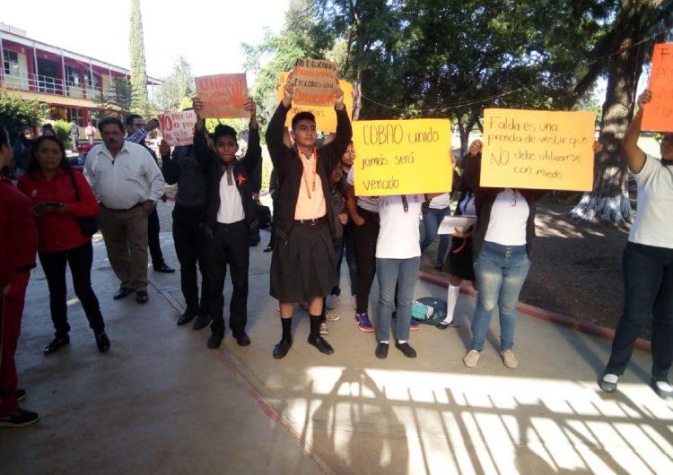 Contra el acoso sexual escolar, protestan alumnos del Cobao