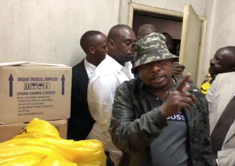 Hallan los cadáveres de 12 bebés en cajas de cartón durante visita de gobernador en Kenia